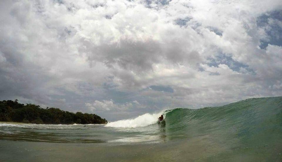 Marieke corriendo una ola