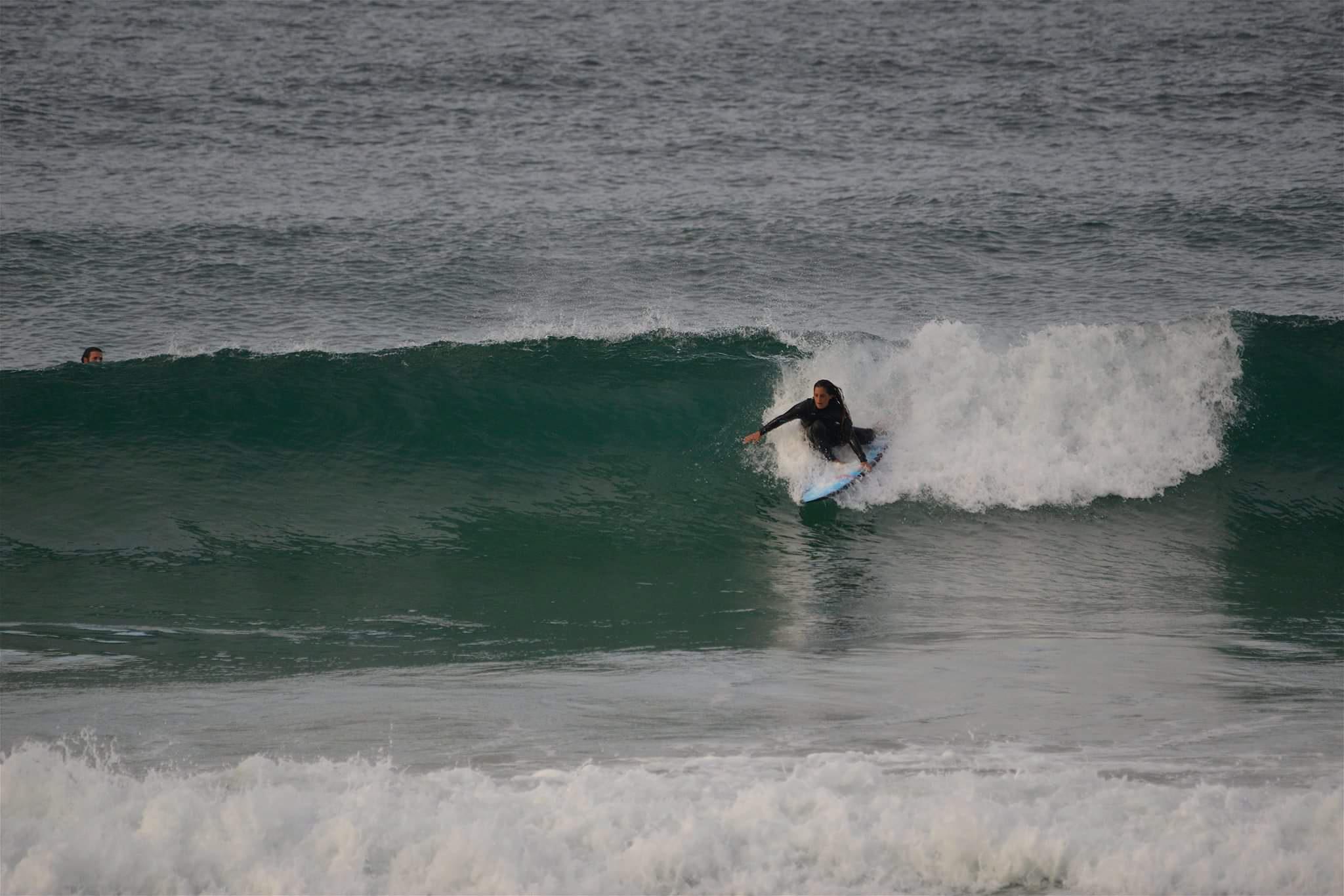 yasmin surfeando