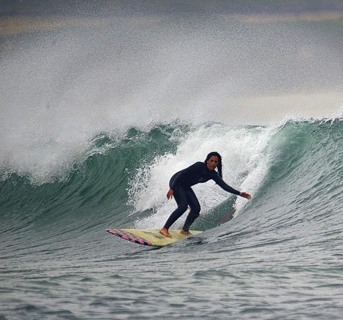 mostrar a Yasmin surfeando