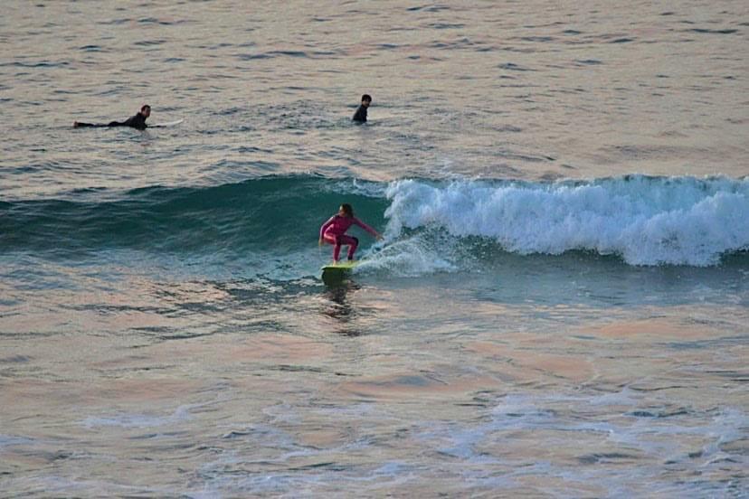 Andrea surfeando