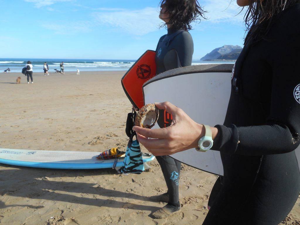 Recogiendo basura después de coger olas