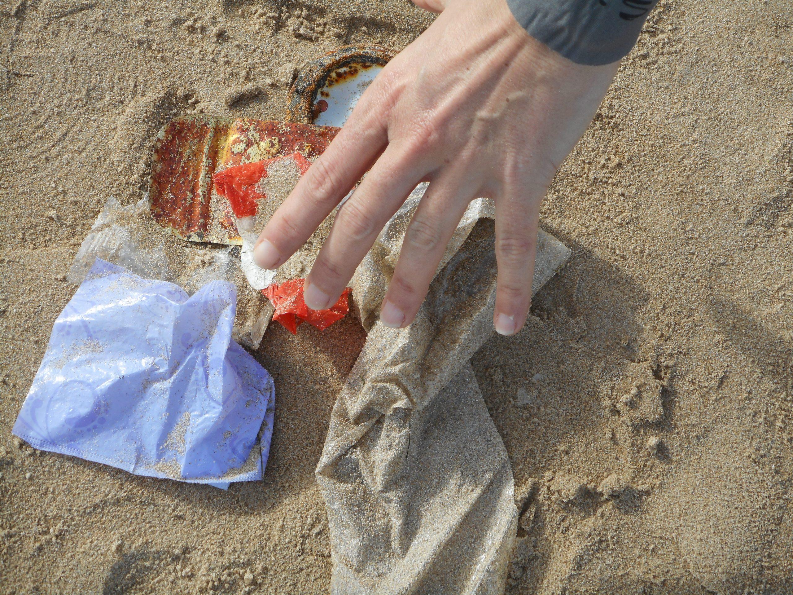 REcogiendo plásticos.