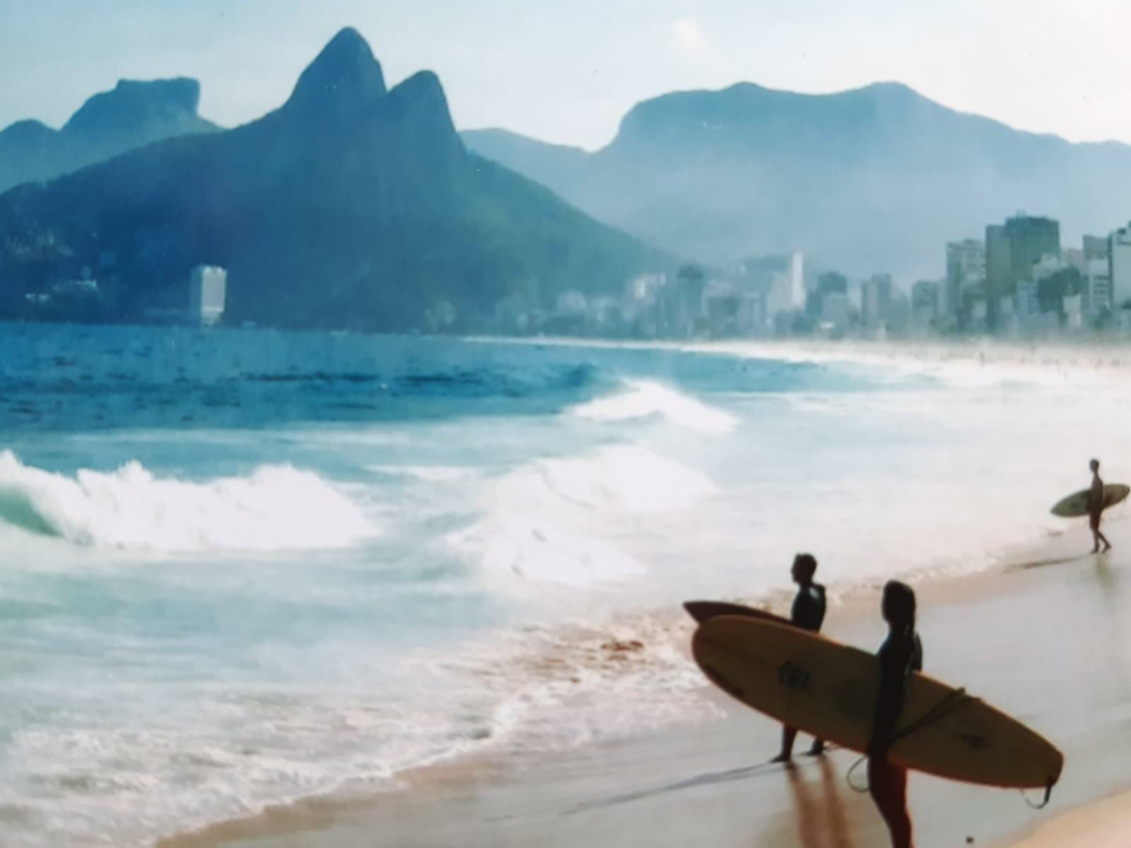 Itzi en Rio de Janeiro dispuesta a surfear.