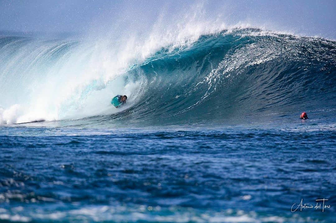 Teresa Padilla dislizándose en una ola