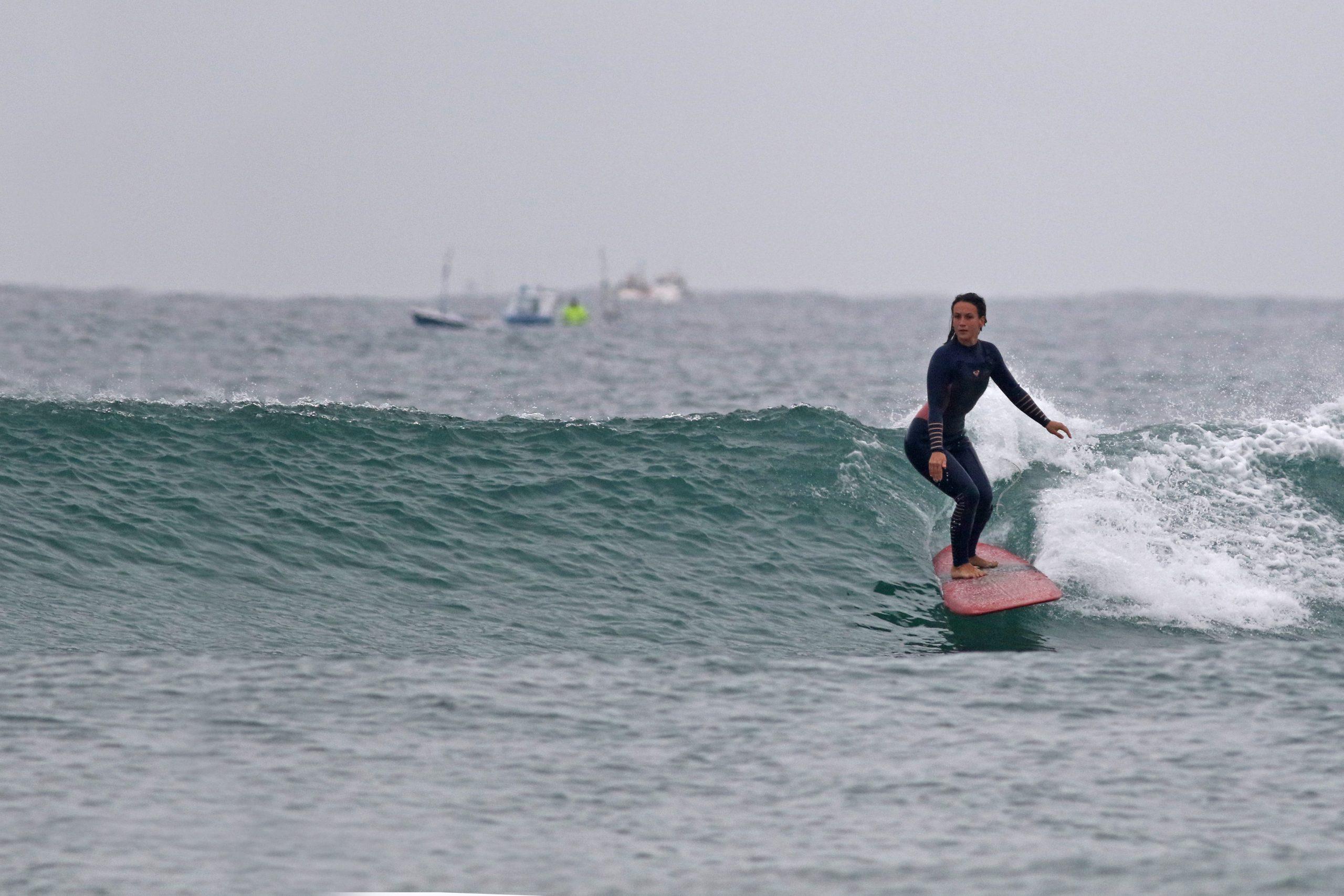 Andrea cogiendo una ola en San Vicente de la barquera.