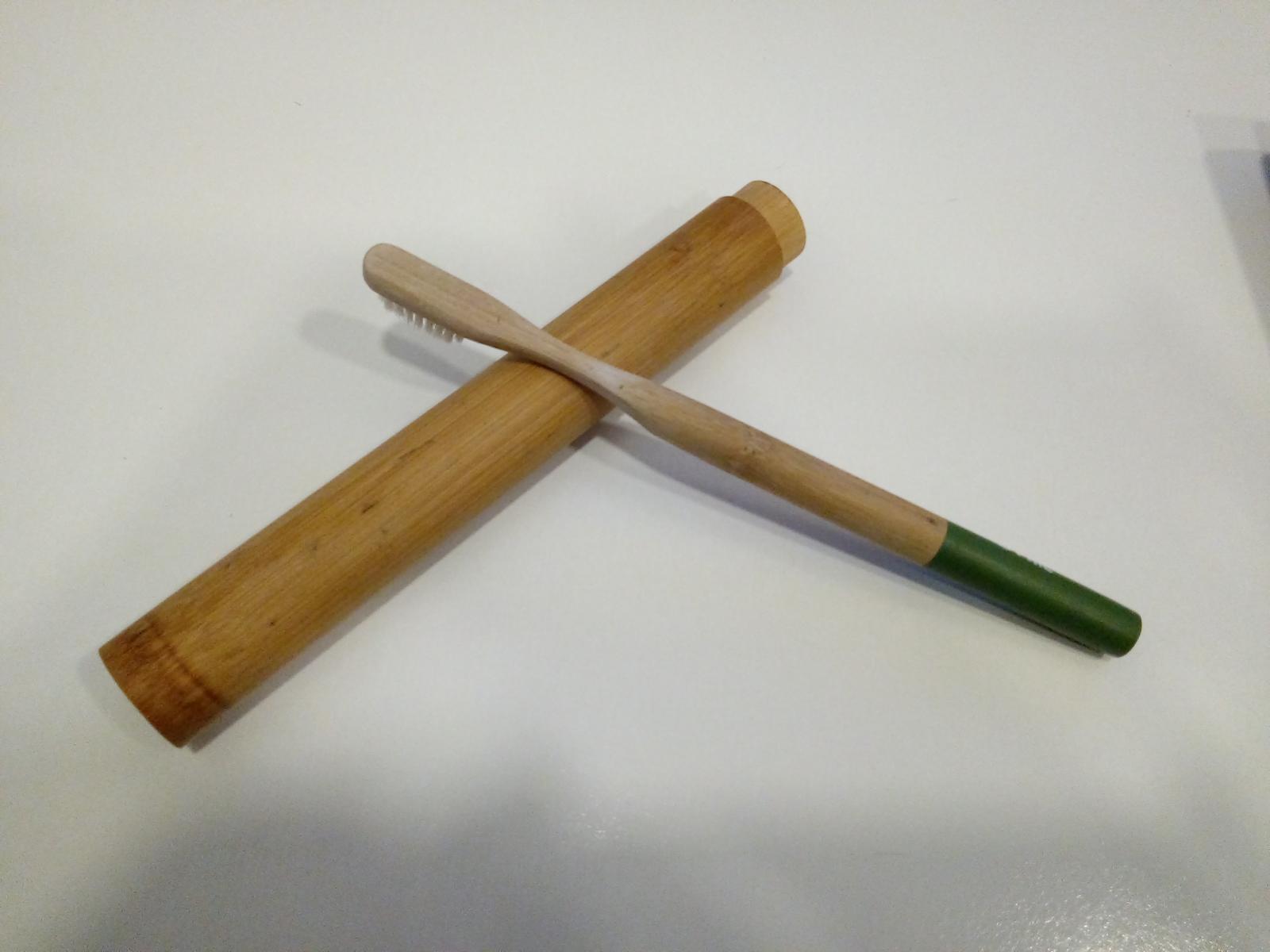 Cepillo de bambú dónde se tira