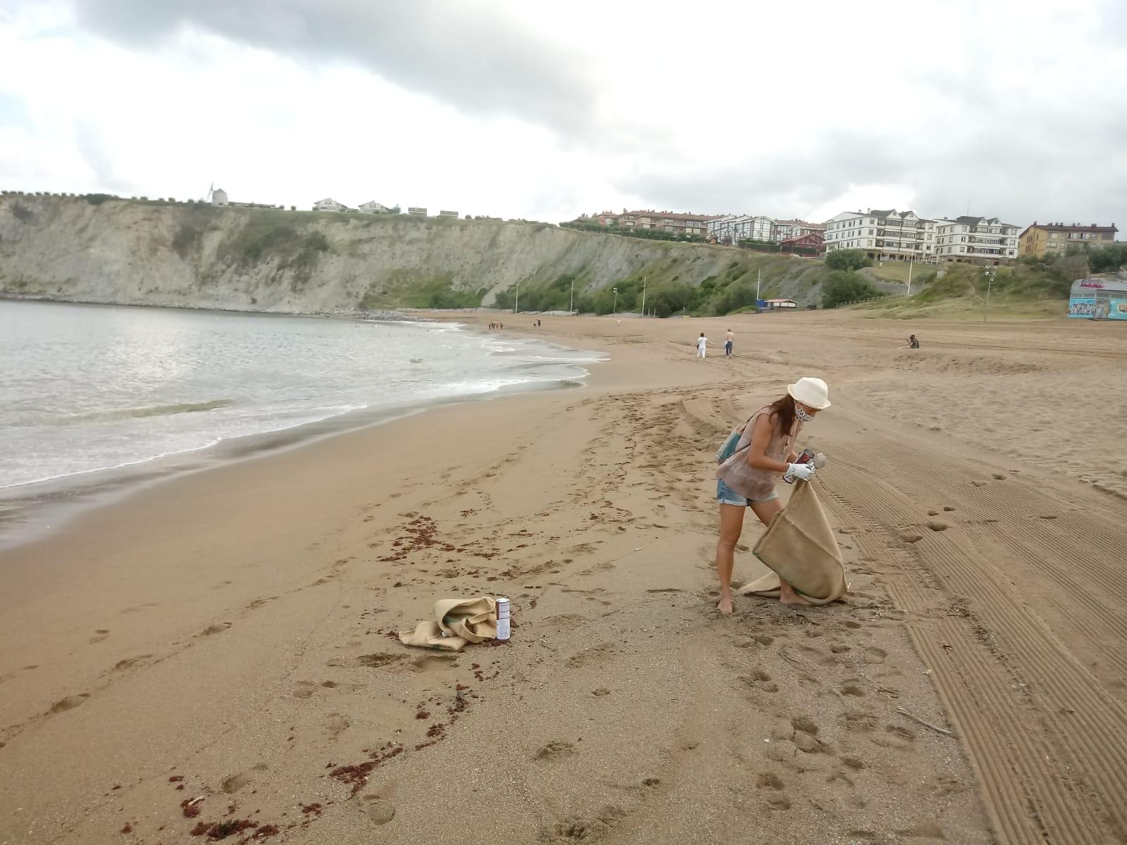 Junto a otras asociaciones bizkainas colaboramos en la limpieza de playa en Arriguanga. Celebrando que estamos en el mes de julio sin plástico 2020